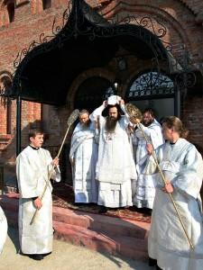 Владыка Георгий освящает храм